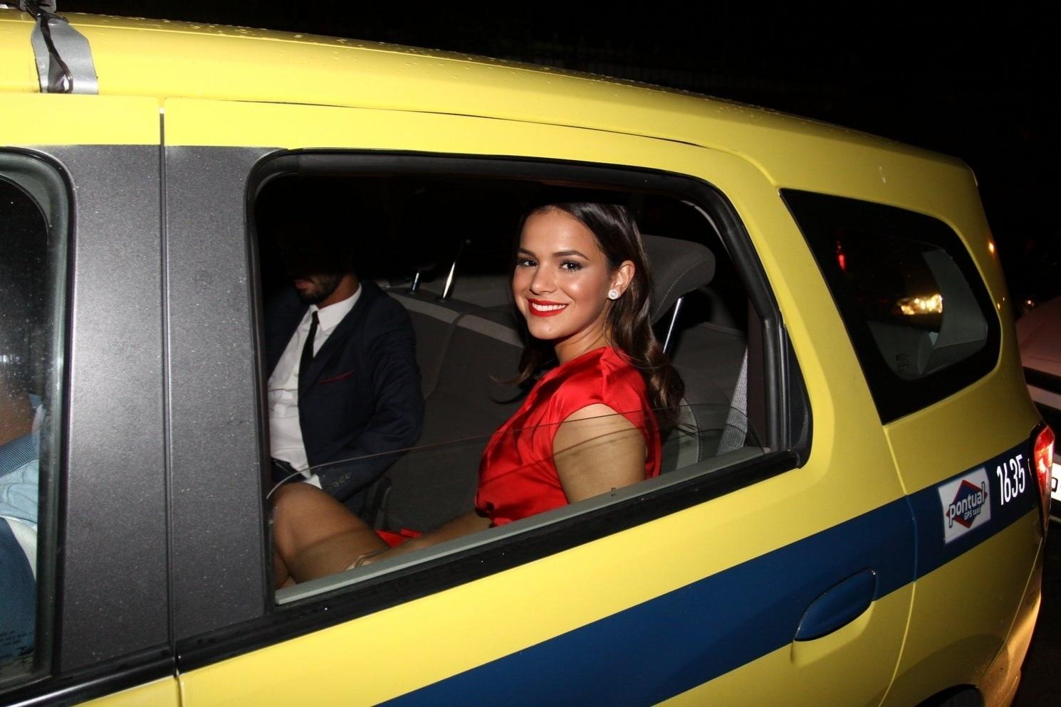 12.mai.2015 - Bruna Marquezine chega de táxi na festa de casamento de Preta Gil e Rodrigo Godoy, na noite desta terça-feira no Rio de Janeiro.