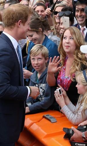 Na Nova Zelândia, Príncipe Harry reencontra a professora de sua antiga escola