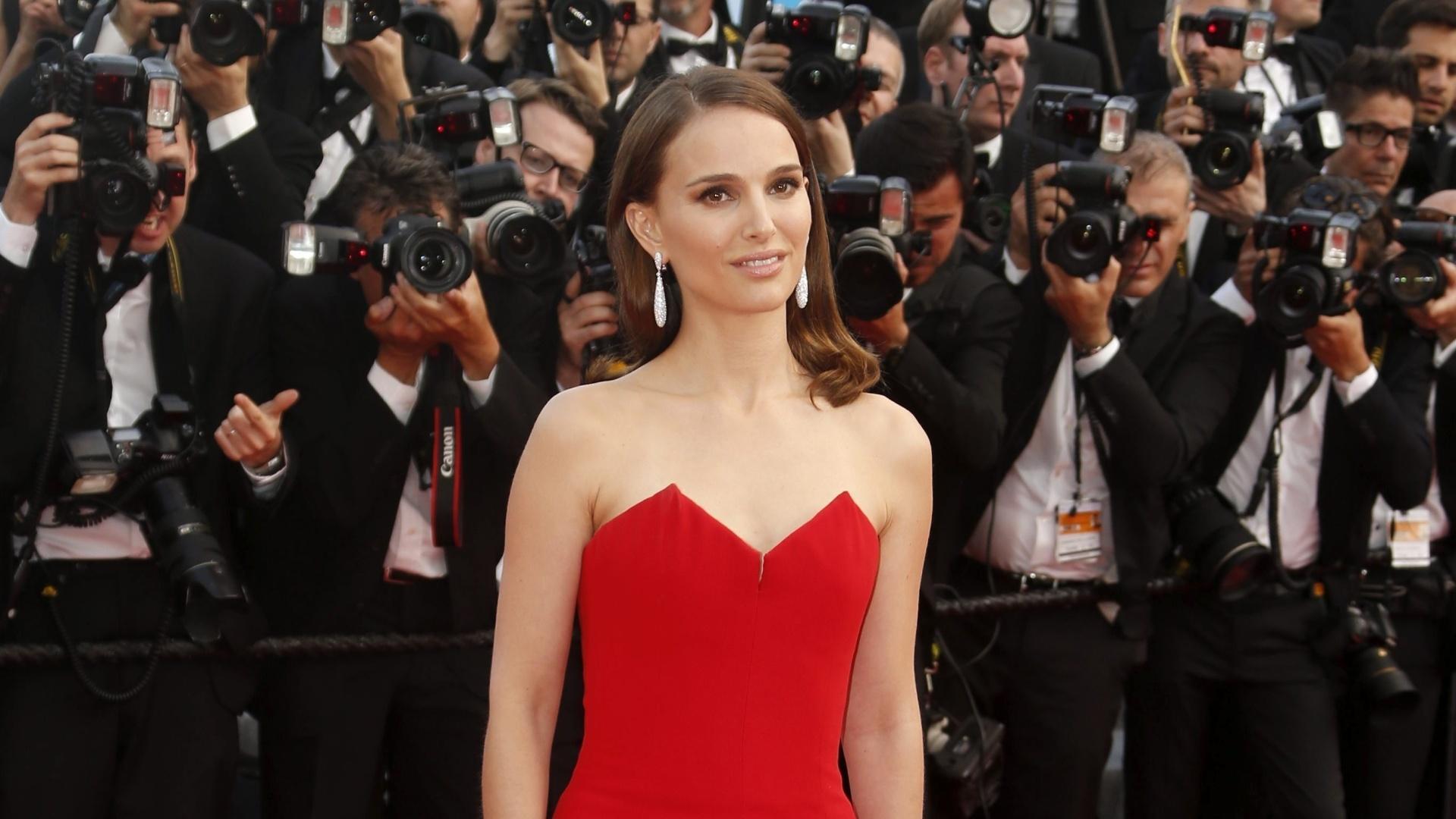 13.mai.2015 - Natalie Portman posa para fotos no tapete vermelho no primeiro dia da 68ª edição do Festival de Cannes