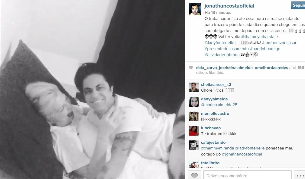 13.mai.2015- Jonathan Costa, namorado de Antonia Fontenelle faz piada ao chegar em casa e flagar mulher na cama com Thammy Miranda: