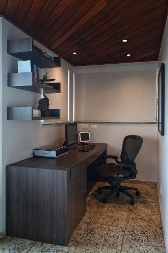 O apê Moema, com projeto de reforma do escritório KTA, teve o terraço adaptado para abrigar o home office. O proprietário, solteiro, trabalha em casa e dispõe de conexão remota com câmeras para videoconferências, por isso os