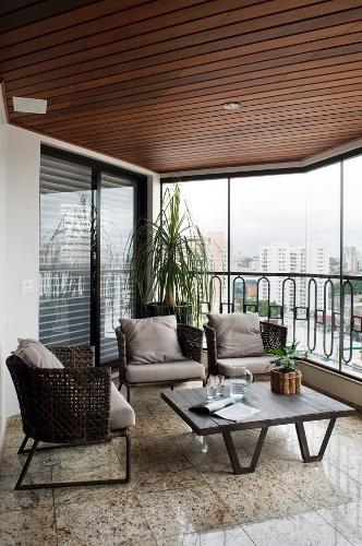 A pequena varanda integra-se ao home office do apê em Moema, zona sul de São Paulo. As poltronas compactas se ajustam bem ao ambiente e são de fibra sintética (Tidelli). As persianas Silhouette, da Luxaflex, permitem a integração, quando o desejado, com o estar. Projeto de interiores é do escritório KTA