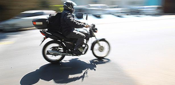 Obra inacabada, lombada sem sinalização, desníveis... tudo pode derrubar motociclista