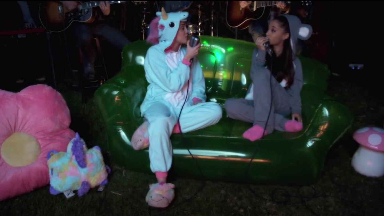 Miley Cyrus e Ariana Grande cantam