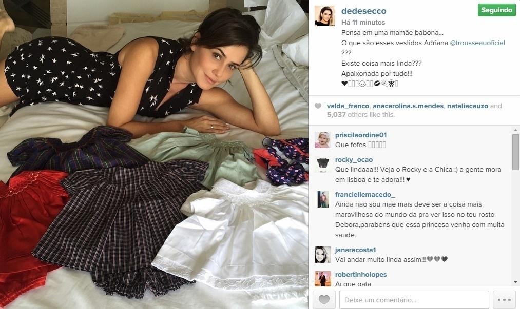 15.mai.2015 - Grávida pela primeira vez, Débora Secco mostra o enxoval de sua filha.