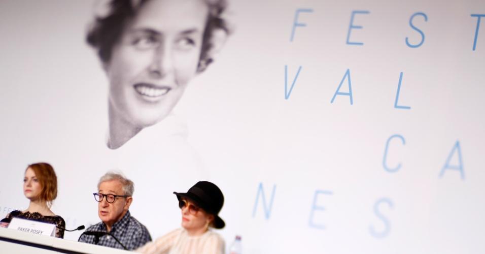 15.mai.2015 - O diretor norte-americano Woody Allen e as atrizes Emma Stone e Parker Posey participam de coletiva de imprensa para divulgar o filme