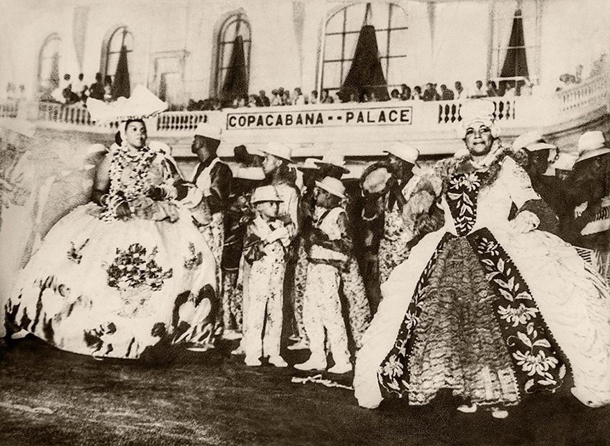 Ivone Lara (esq.) com filhos Alfredo e Odir. Carnaval em Copacabana. Sem data.