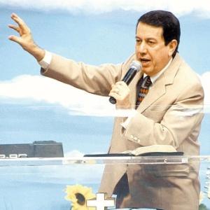 O líder da Igreja Internacional da Graça de Deus, R.R. Soares, durante culto em 2004