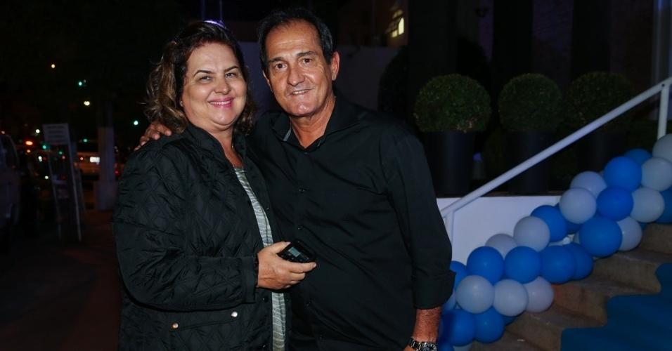 20.mai.2015 - O técnico de futebol Muricy Ramalho vai acompanhado da mulher a festa do aniversário de sete anos de Rodrigo, filho do apresentador Faustão