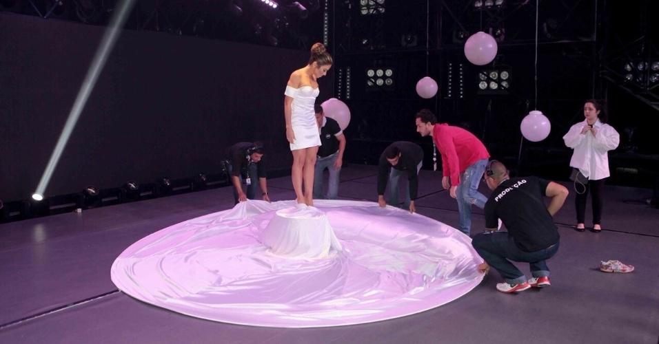 Equipe de produção ajusta últimos detalhes para que Patrícia Abravanel vire Jennifer Lopez no