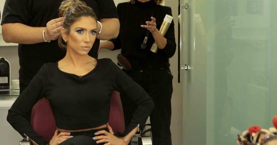 Equipe testa o penteado para deixar a apresentadora parecida com JLo