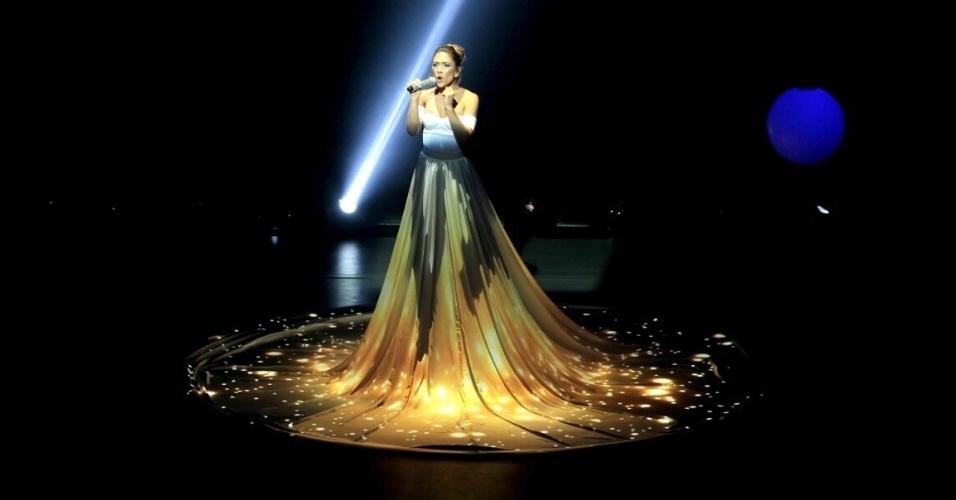 Patrícia Abravanel vira Jennifer Lopez e canta
