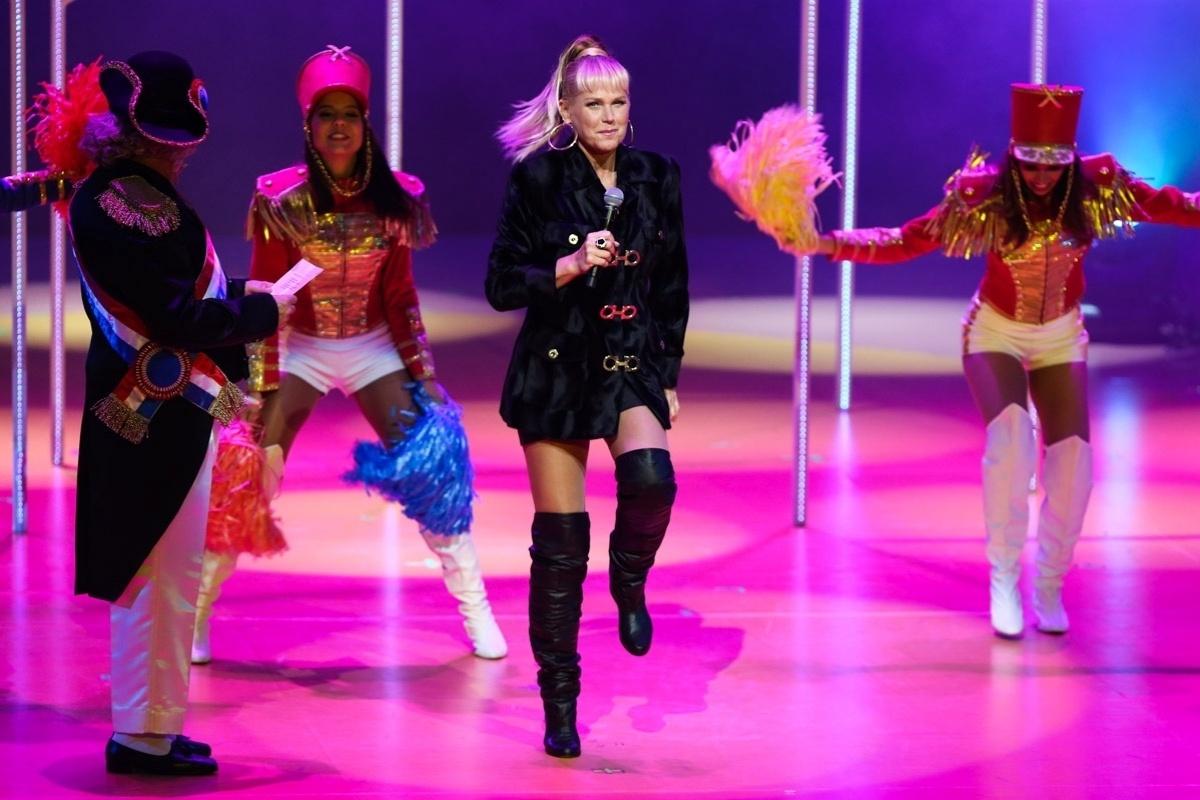 20.mai.2015 - Xuxa Meneghel canta e dança