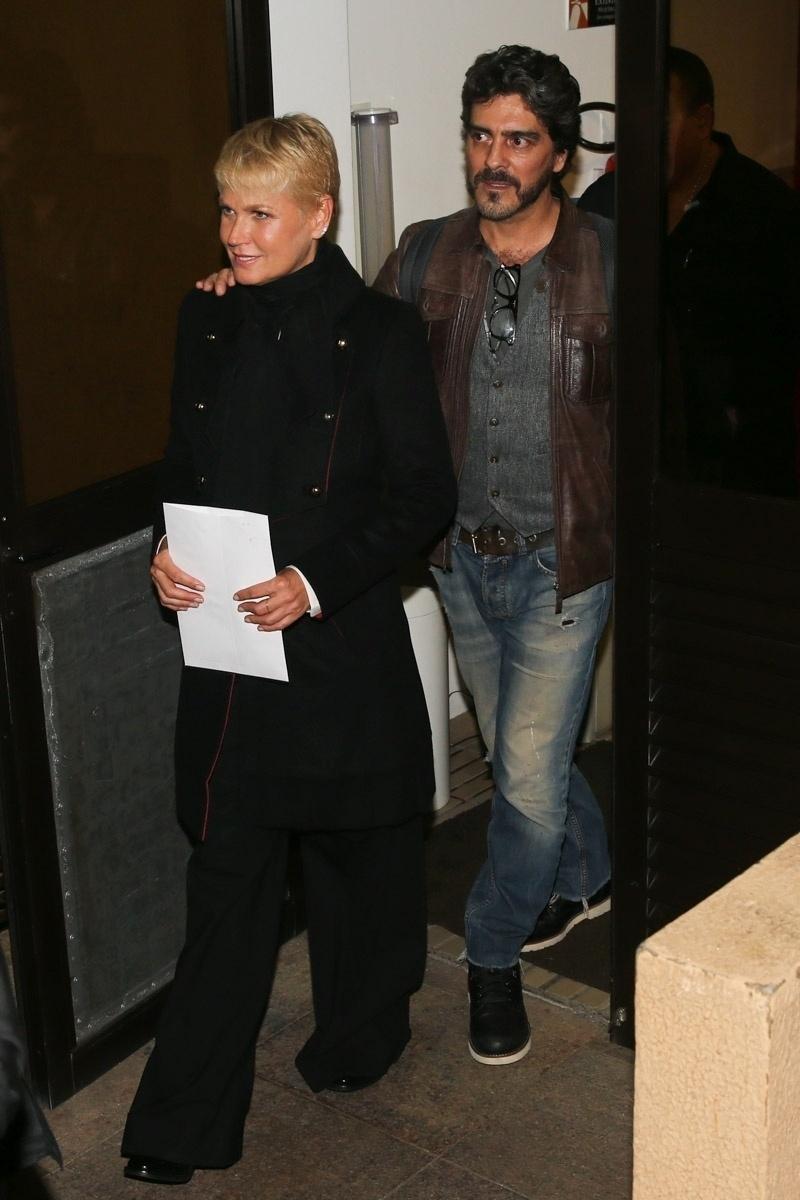 20.mai.2015 - Xuxa Meneghel deixa o Teatro Alfa, ao lado namorado, Junno Andrade, ao final do espetáculo