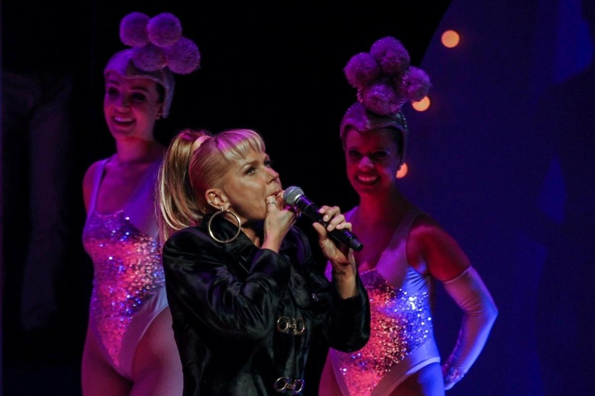20.mai.2015 - Xuxa Meneghel se diverte ao cantar