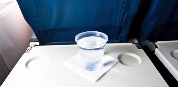 manter-se-hidratada-na-viagem-1432236557449_615x300 Gestantes requerem cuidados em viagens de avião; veja como ter voo seguro