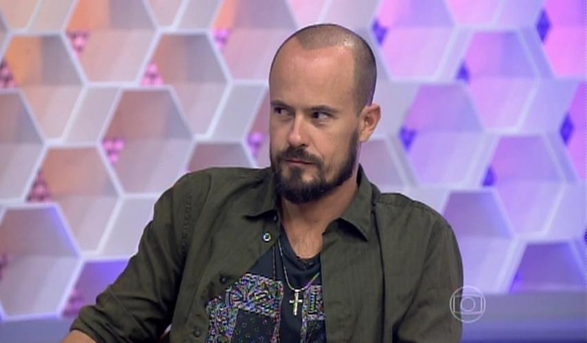 Paulo Vilhena se incomoda com Flavio Canto, apresentador do