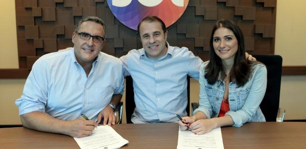 Novos contratados do SBT, Fabrizio Fasano Jr. e Carolina Fiorentino posam com Fernando Pelegio, diretor de Planejamento Artístico e Criação do SBT