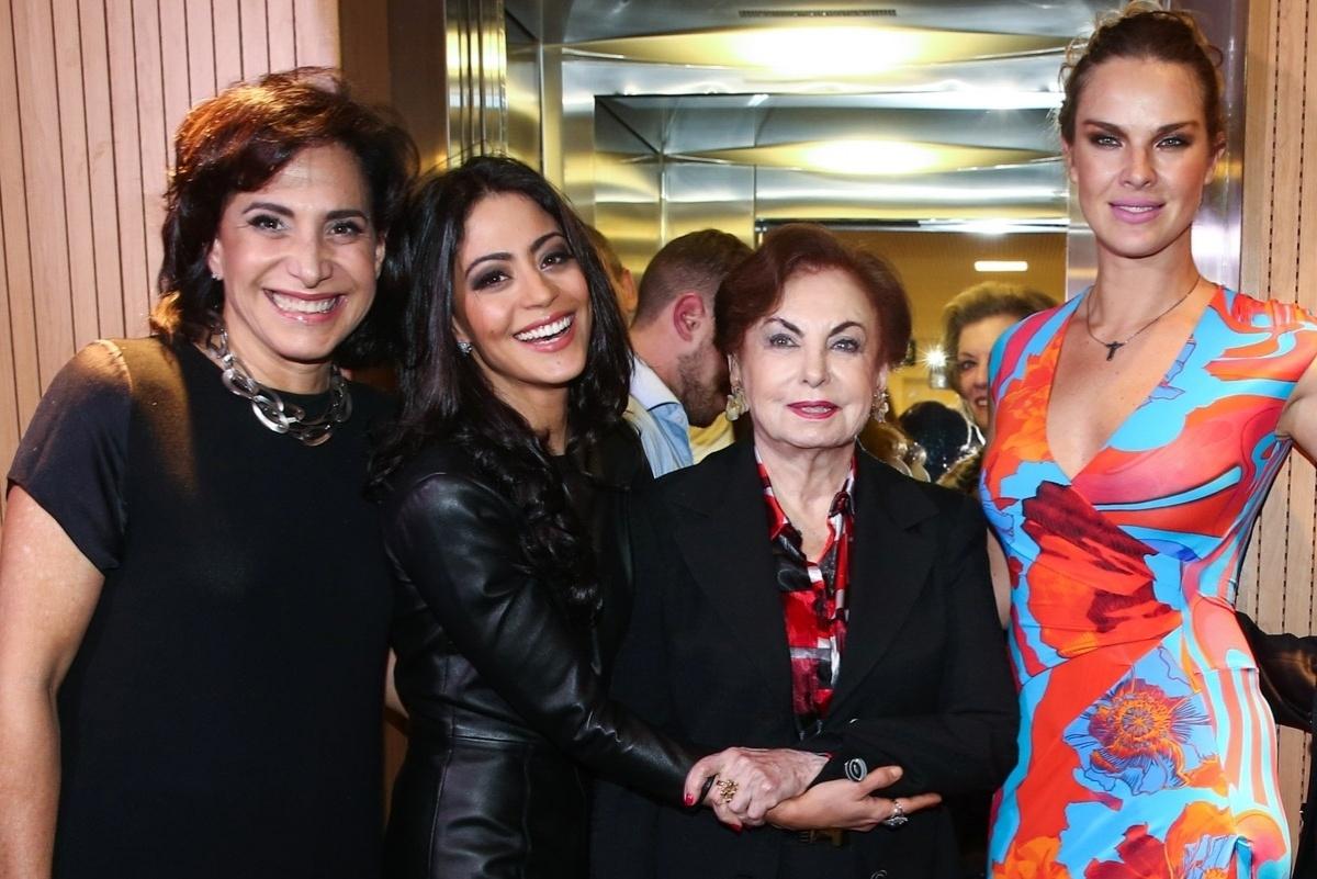 23.mai.2015 - Atrizes se reúnem ao final do espetáculo