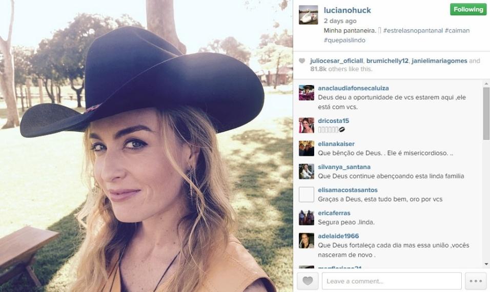 """23.mai.2015 - Luciano Huck mostra foto de Angélica no Pantanal, onde grava edição especial do programa """"Estrelas"""". """"Minha pantaneira. #estrelasnopantanal #caiman #quepaislindo"""", disse o apresentador em seu Instagram"""