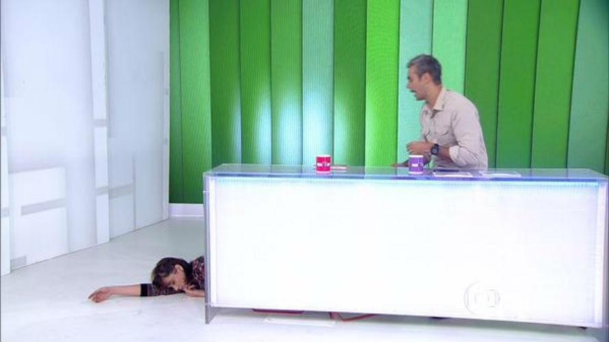 27.mai.2015 - Monica Iozzi suspira fundo, simula desmaio e pede DVD com imagens de Caio Castro sem camisa