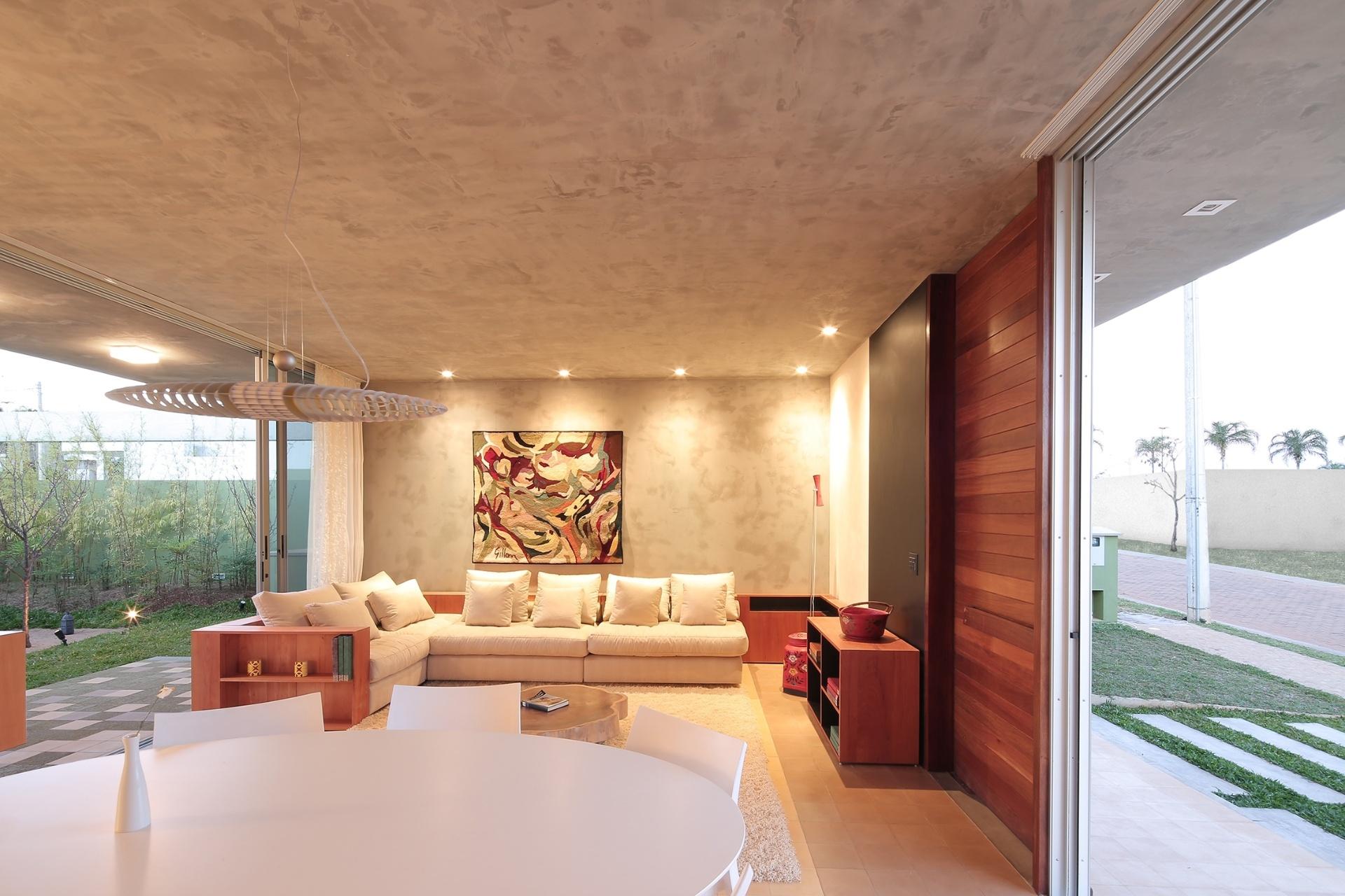 O estar da casa Madrid reflete a ideia de desenvolver uma arquitetura que usa de forma plena a ventilação natural e ocupa toda a largura do terreno,