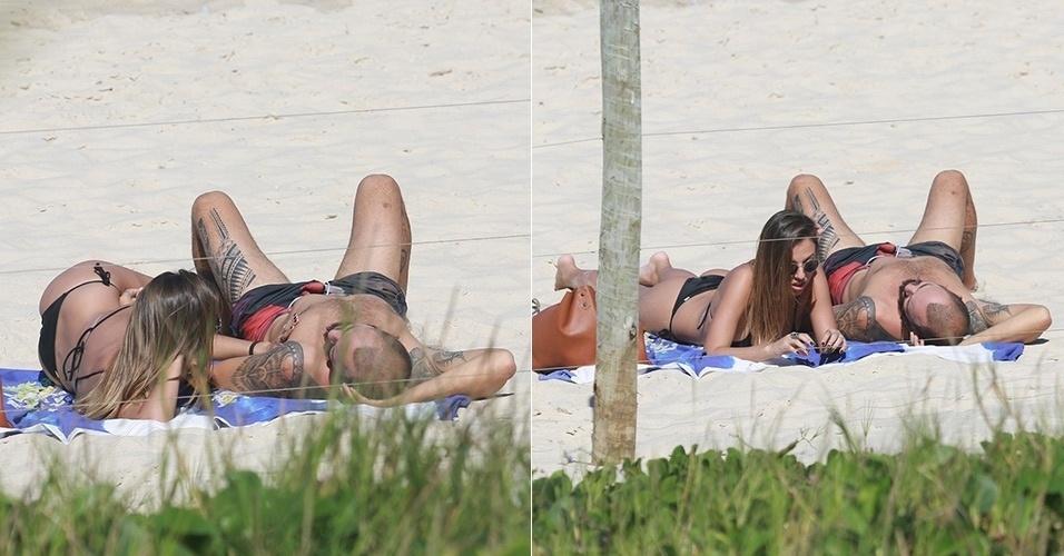28.mai.2015 - Paulinho Vilhena tirou algumas horas de folga nesta quinta-feira (28) para curtir o sol em clima de romance na praia da Prainha, na zona oeste do Rio de Janeiro