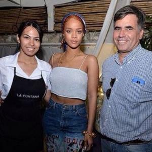 Rihanna posa ao lado de Ernesto Blanco, dono do restaurante La Fontana, em Cuba