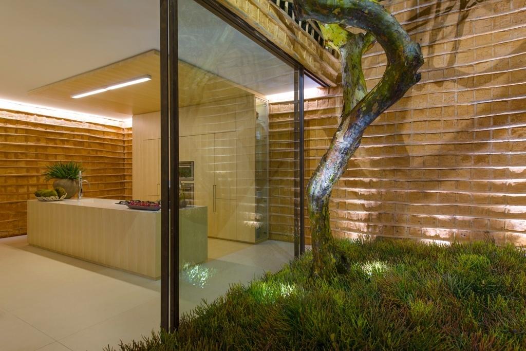 Casa Cor SP 2015 - O pau a pique compõe parte das paredes no projeto de Roberto Migotto. O tom terroso da antiga técnica construtiva (também conhecida como taipa de mão) se ajusta à marcenaria clara