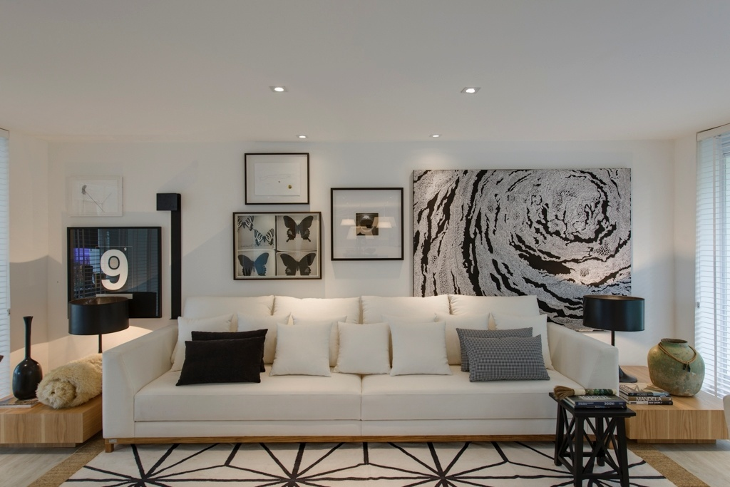 Casa Cor SP 2015 - Em uma das paredes da sala de estar do Espaço da Família, Francisco Calio criou uma composição com obras de arte (Gabinete D) que combinam perfeitamente com o mobiliário