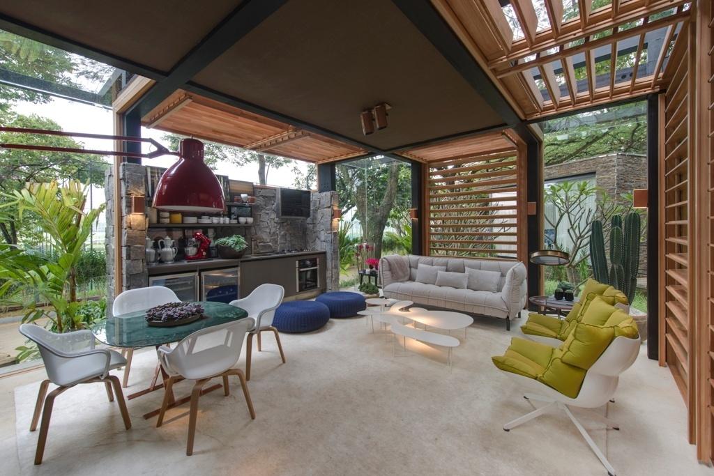 Casa Cor SP 2015 - Na Casa do Bosque, do arquiteto David Bastos, o mobiliário composto de peças neutras dispostas sob a luz natural valoriza a arquitetura e a integra ao entorno com belo paisagismo