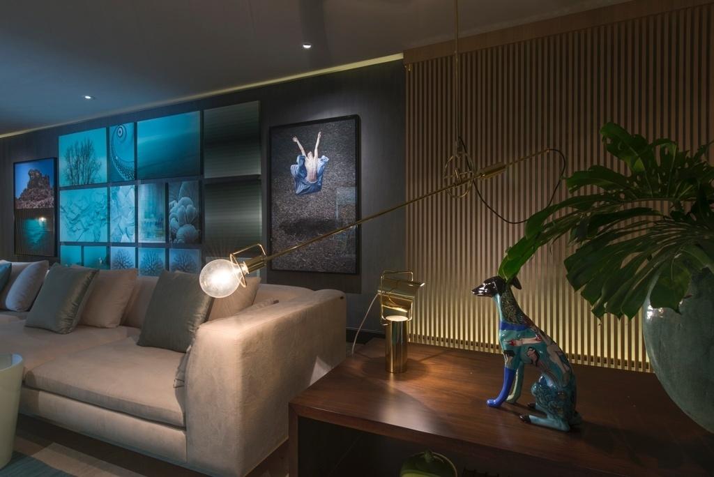 Casa Cor SP 2015 - No living do projeto Acqua que Te Quero Água, de Brunete Fraccaroli, a luminária Pen (La Lampe) - com estrutura de latão - tem design minimalista (e antigo) assinado por Jader Almeida