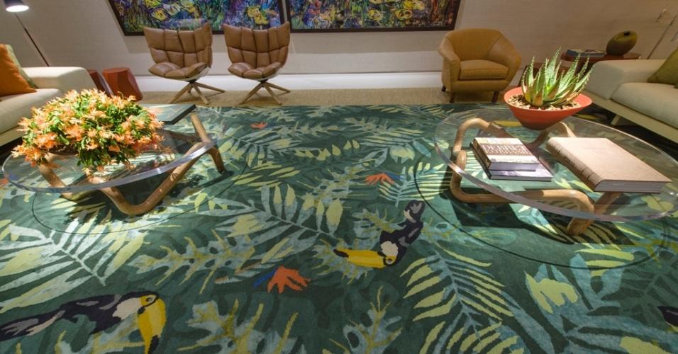 Casa Cor SP 2015 - No living do espaço Brasil de Pau a Pique, o tapete com oito metros de comprimento, confeccionado por artesãos do Nepal, estampa elementos da fauna e flora brasileiras