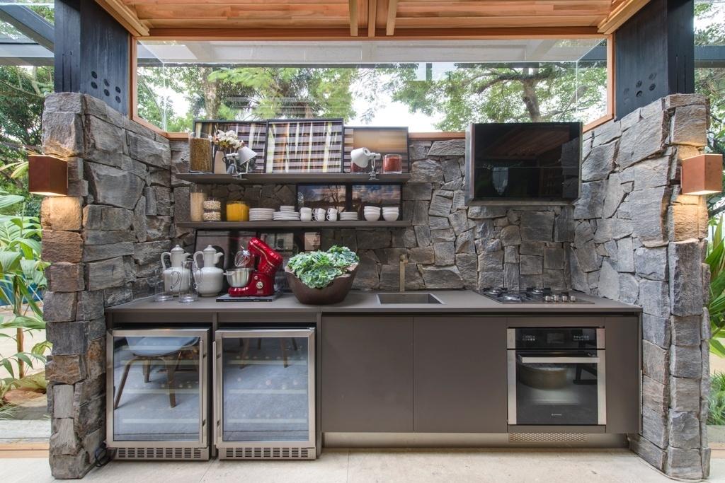 Casa Cor SP 2015 - A área compacta da cozinha na Casa do Bosque, de David Bastos, é delimitada pelo revestimento composto de blocos de granito, material oriundo do descarte de uma pedreira