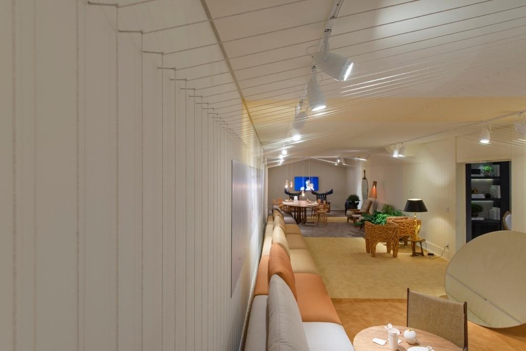 Casa Cor SP 2015 - Dois mil barbantes amarrados em mil ganchos nas paredes e teto formam um desenho tridimensional de uma casinha e criam um efeito cenográfico no projeto de Leo Romano