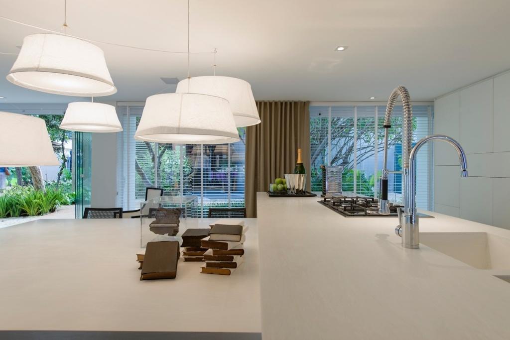Casa Cor SP 2015 - A bancada da área gourmet é acoplada à mesa de jantar no Espaço da Família, de Francisco Calio. Ambas são estruturadas em Corian Cirrus White (Studio Vitty), padrão recém-lançado pela DuPont