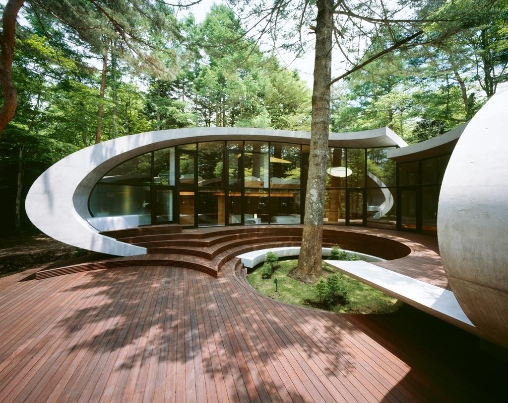 O desenvolvimento do projeto da casa Concha, por Kotaro Ide, parte de um grande pinheiro que está em um ponto central do terreno, em torno do qual a edificação deveria de ser erguida. As fachadas frontais, completamente envidraçadas, aproveitam uma paisagem dada pela sequência de araucárias em Karuizawa, nos arredores de Tóquio