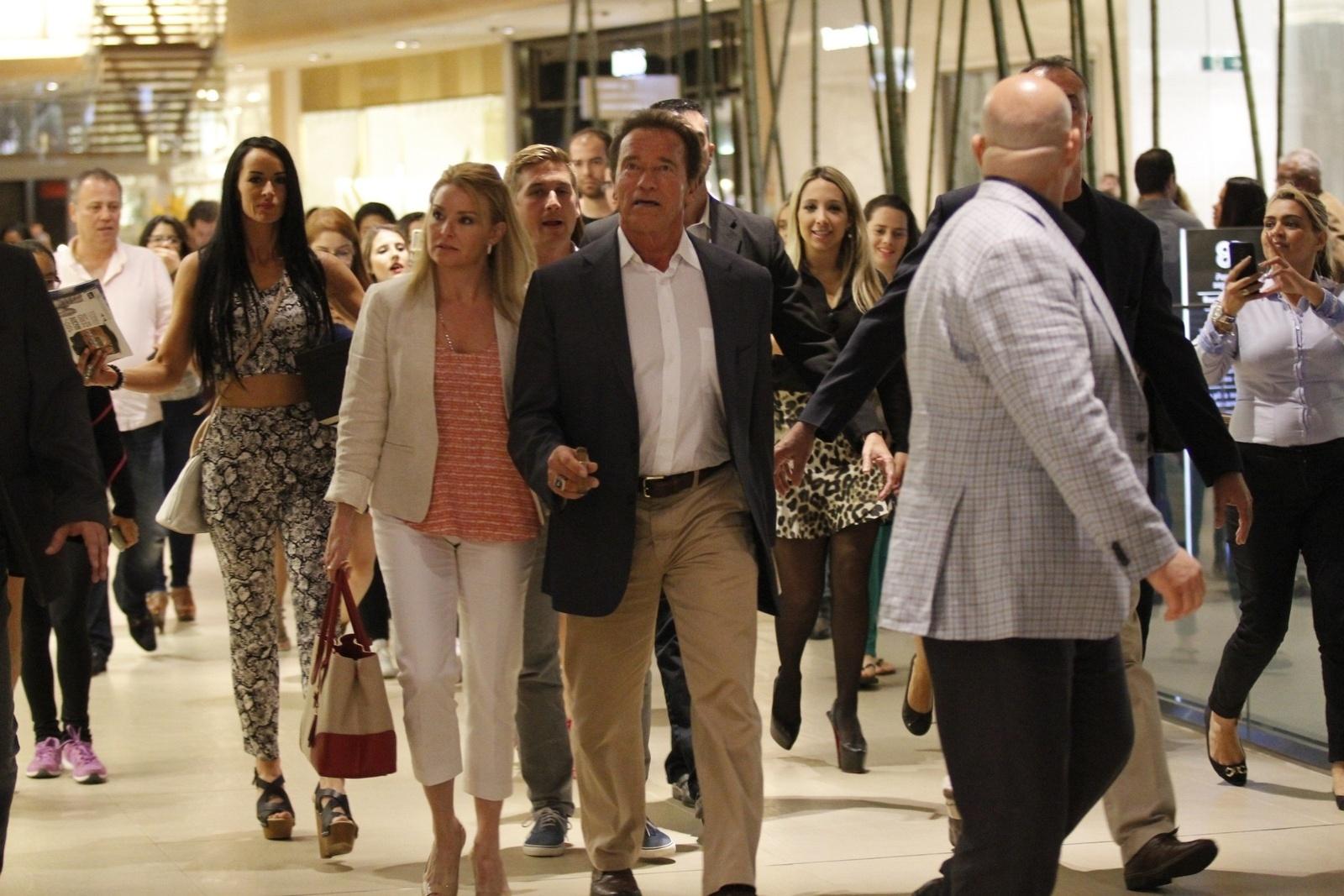 29.mai.2015 - Arnold Schwarzenegger é seguido por uma multidão de fãs em um shopping na Barra da Tijuca, zona oeste do Rio de Janeiro, nesta sexta-feira. De passagem pelo Brasil, ele participou de um evento fitness