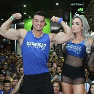 30.mai.2015 - Na imagem, Juju Salimeni e o namorado Felipe Franco vão à feira fitness no Rio de Janeiro