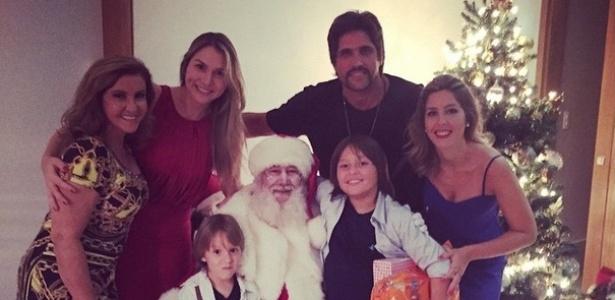 O sertanejo Léo ao lado da mulher Tatianna (à esq.), dos filhos e dos familiares