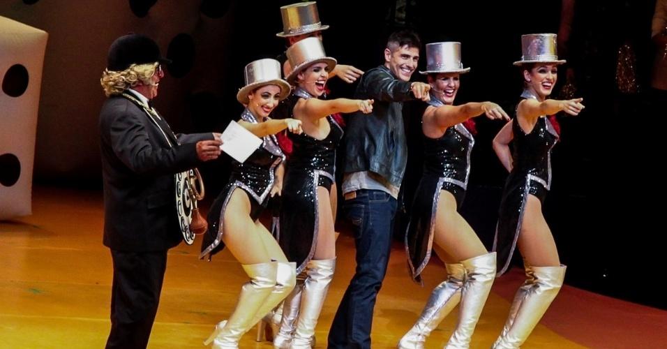 """31.mai.2015 - Reynaldo Gianecchini dança com as chacrete de """"Chacrinha, o Musical"""" na noite de sábado (30), em São Paulo"""