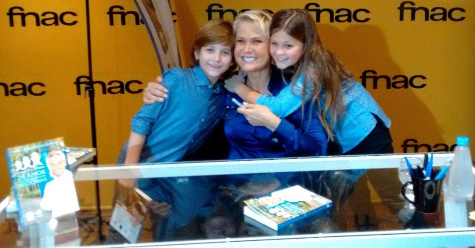 Xuxa com a sobrinha Nikki Meneghel e o ator mirim Victorio Ghava