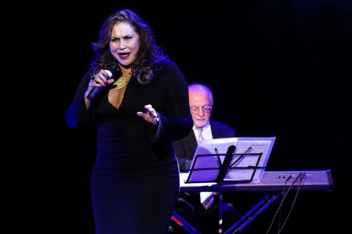 1.jun.2015 - Fafá de Belém faz um pocket show no aniversário de 10 anos do Teatro Frei Caneca, no centro de São Paulo, na noite desta segunda-feira