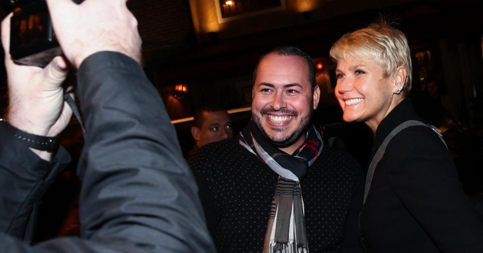 1.jun.2015 - Mesmo sendo tarde da noite, Xuxa Meneghel atende fãs na porta de um restaurante no Itaim Bibi, zona sul de São Paulo, na noite desta segunda-feira. A apresentadora da Record jantou com amigos no local