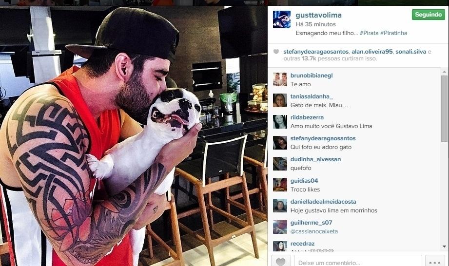 3.jun.2015 - Gustavo Lima publicou uma foto dando um beijo em seu cão de estimação, Pirata, na noite desta quarta-feira.