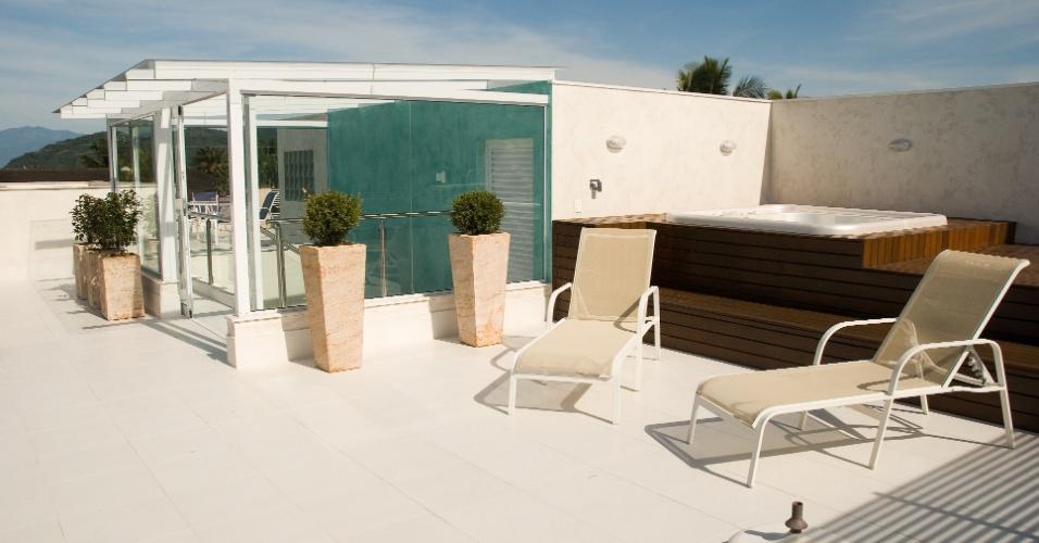 Como a casa tem uma piscina no piso térreo, a arquiteta Selma Tammro projetou para o pavimento superior um deck com uma hidromassagem. Dessa forma, o rooftop é aproveitado para ampliar a área de lazer dos moradores