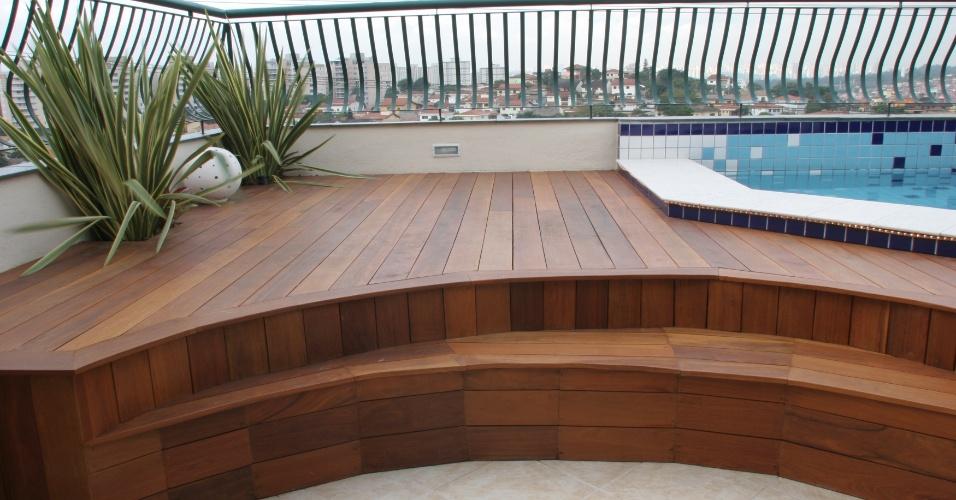 Na reforma da cobertura de apartamento antigo, a arquiteta Marli Assis compôs um deck onde foi instalada uma pequena piscina com pastilhas em tons de azul e dois nichos com folhagens
