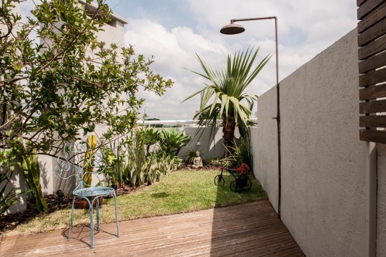 jardim deck de madeira:No rooftop de um apartamento, Flávia Sá instalou um deck de madeira