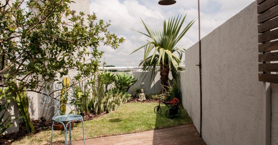 No rooftop de um apartamento, Flávia Sá instalou um deck de madeira cumaru. Em um dos cantinhos da cobertura, a arquiteta projetou um jardim de meditação e uma ducha para os dias de sol