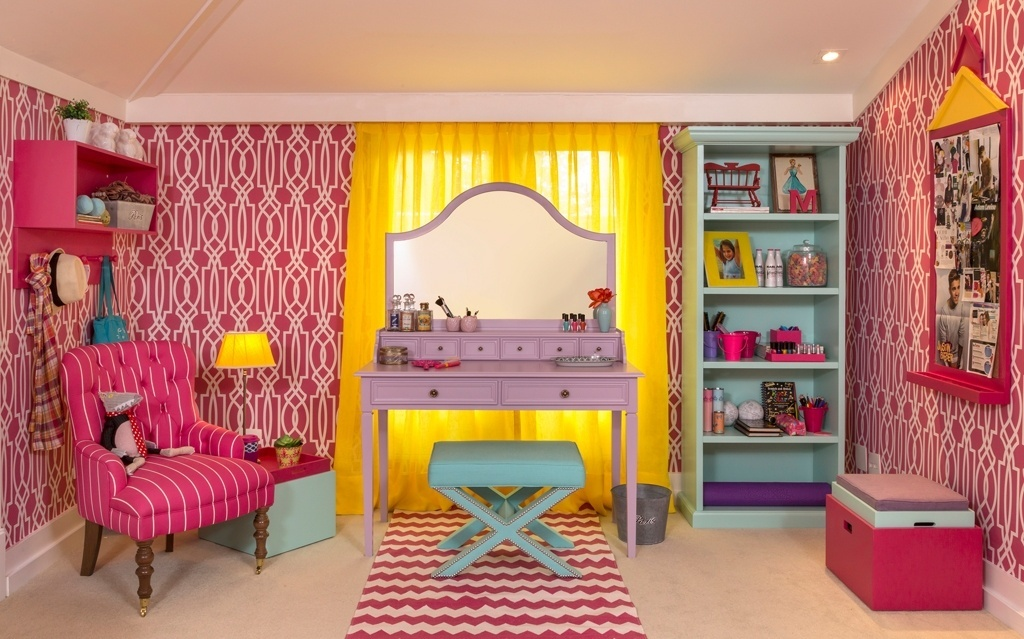 Na proposta de Luíz Otávio Debeus e Thiago Seferian para a mostra Quartos & Etc., o espaço vai além de um quarto de dormir e é também um lugar para a menina receber as amigas e se embonecar. O destaque fica por conta da penteadeira lilás